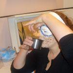 Gabriele Kreue (Möwe) beim Versuch, trotz Schnabel etwas irdisches zu trinken