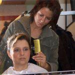 Anne Moser frisiert mit letztem Schliff Hausmäden Edith (Martina Üblaker)