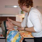 Sabine Liedtke grundiert, schminkt und stylt Waltraut Kammler zu Madame Arcati.