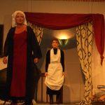 Hausmädchen Edith (Martina Üblaker) und Ruth Condomine (Heike Fillies)