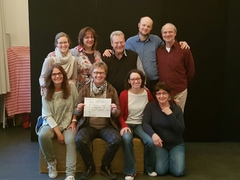 KuTiNea in bester Stimmung nach dem Workshop mit Schauspieltrainerin Ursula Armbruster (vorne rechts)